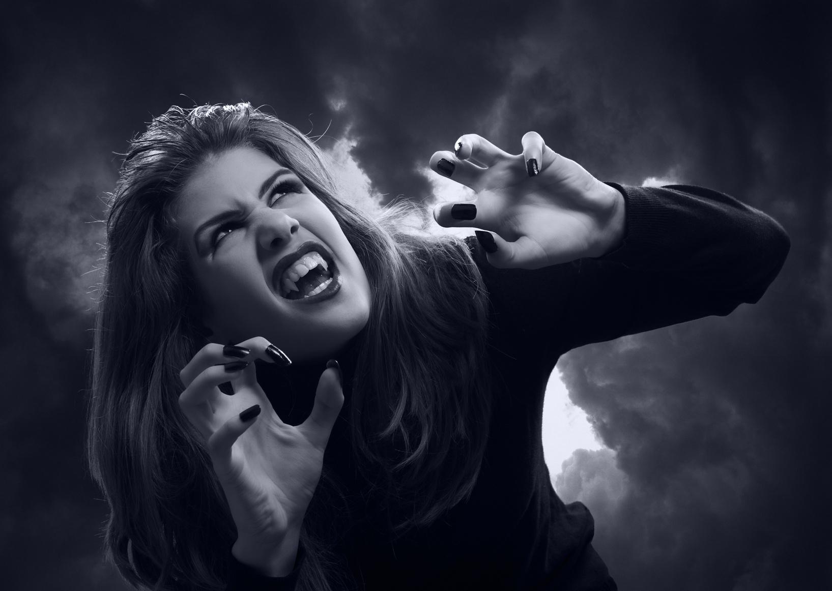 Beautiful teenage vampire, Gruseldinner (Copyright Fotolia)